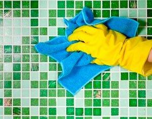 Чистка кафельной плитки в ванной комнате