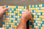 ukladka-mozaichnoy-plitki-na-stenu