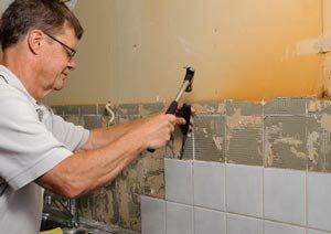аккуратное снятие кафеля со стены